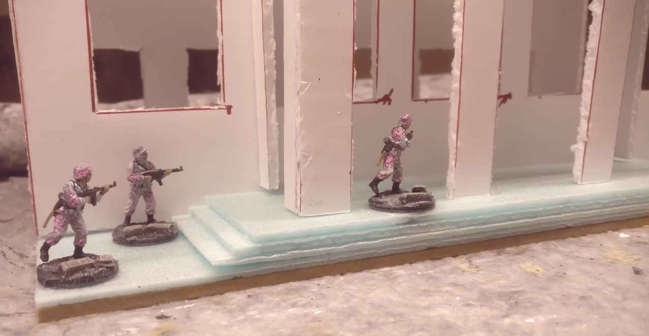 """Auf dem Modul """"01"""" Verwaltungsgebäude wurde hier nicht nur das Verwaltungsgebäude platziert. Mehrere Herren des Pink Battalion haben ebenfalls Aufstellung genommen."""
