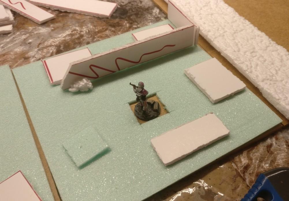 """Modul """"05"""" und seine Grundplatte. Das Schützenloch ist """"ausgehoben"""" und die Fabrimauer steht bereits. Die Styrodurstücke auf dem Gelände sehen noch recht albern aus..."""