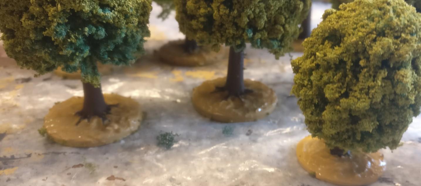 Wir grundieren die Base der Bäume.