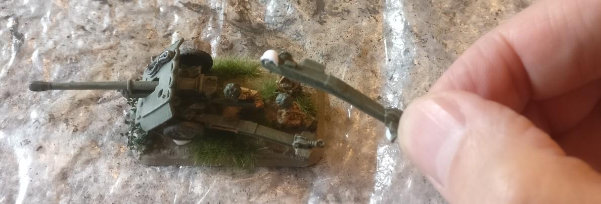 Beim Ablösen der Anti Tank Guns von ihren unseligen Basen lösten sich einige Holme der Geschütze. Die werden jetzt ponalisiert. PONAL ist eigentlich Holzleim, klebt aber alles in Unikornien, was es so gibt.