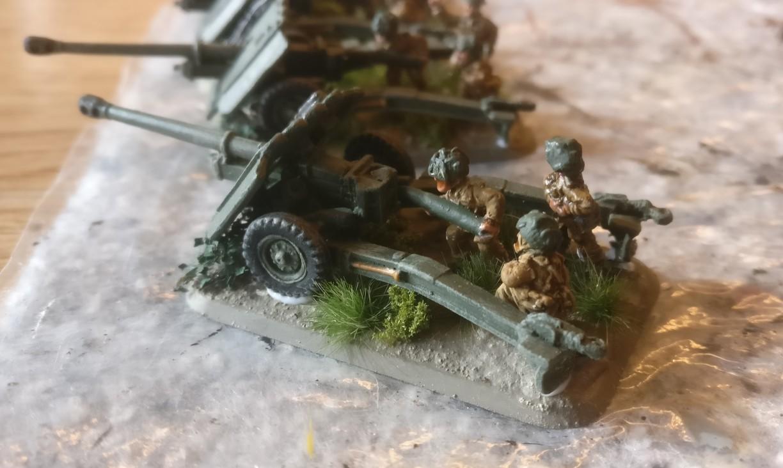 Als Base für die Ordnance QF 17-Pounder Anti Tank Gun nahm ich ausgediente schmale FoW-Base, damit die fertigen Geschütze besser in meine CONRAD Transport Kasernen passen (!)