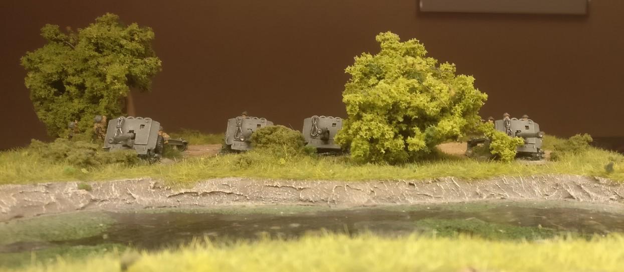 Die ganze Feuerstellung der QF-17-Pounder AT Gun am Sumpf.