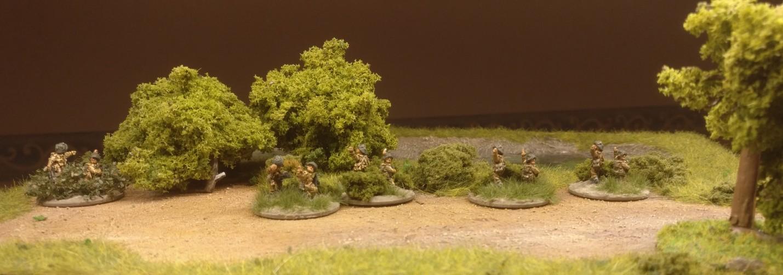 Links der PBI-Company Commander (Efeu-Hecke) und rechts vier PBI-Platoon-Commander (grünes Buschwerk)