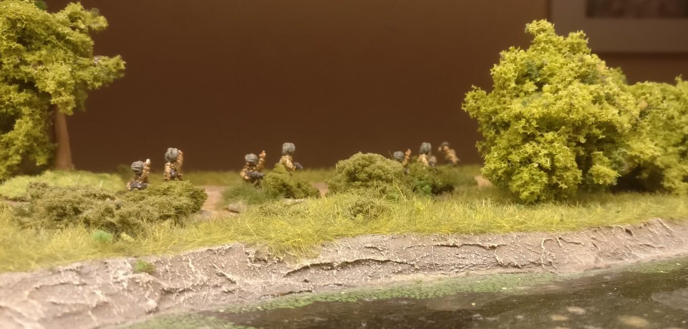 Blick von der Gewässerseite auf die Herrschaften: das Buschwerk tarnt schon ein wenig, oder?