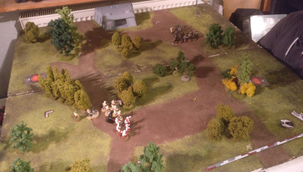 """Das Spielfeld der Star Wars Legion Battle von Henry und Sturmi. LInks die Stormtrooper von Sturmi mit Darth """"Darti"""" Vader und Bossk."""