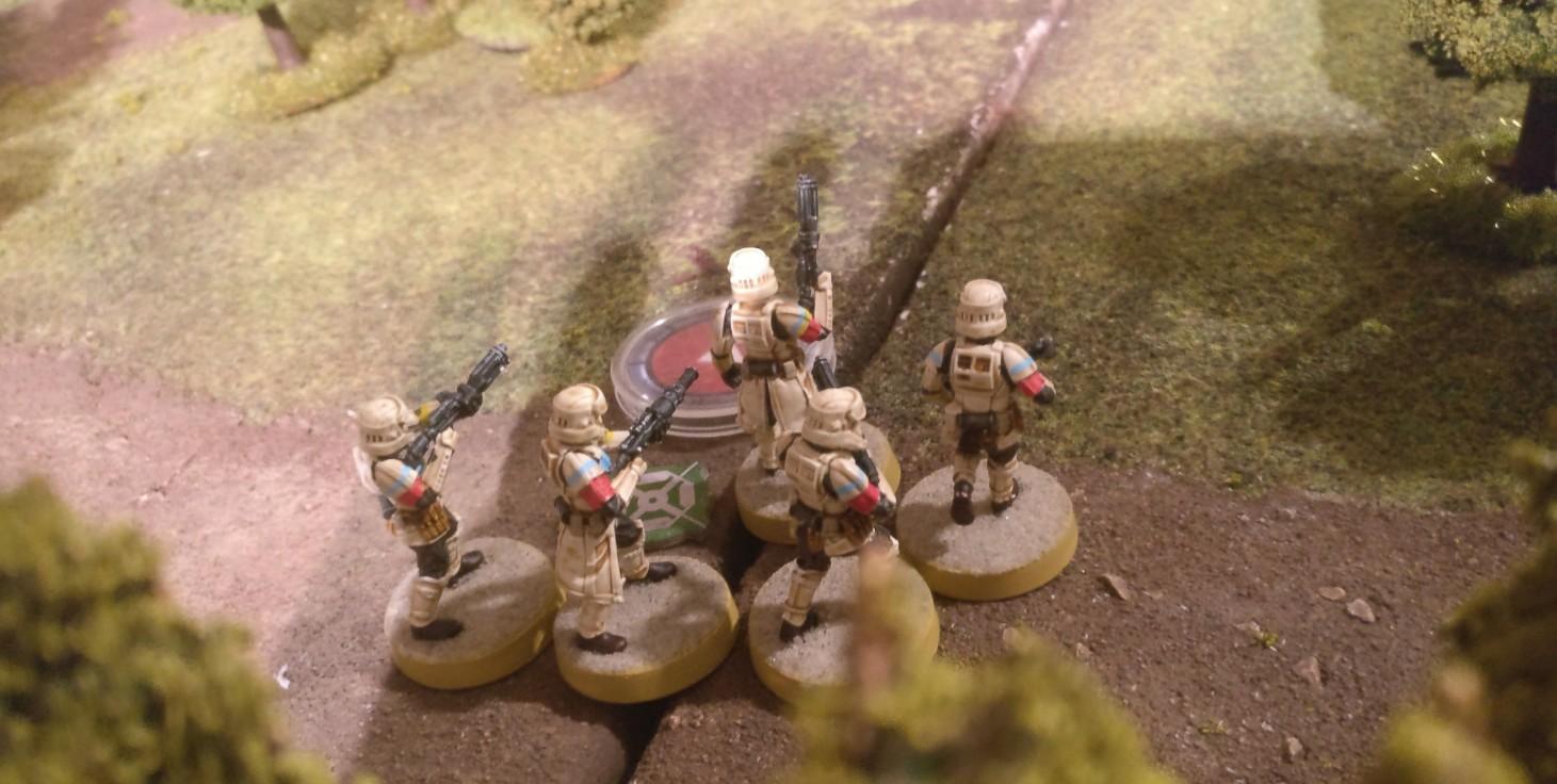 Die Star Wars Legion Battle beginnt. Sturmis Strandtruppen eröffnen das Feuer auf Henrys Rebellen...