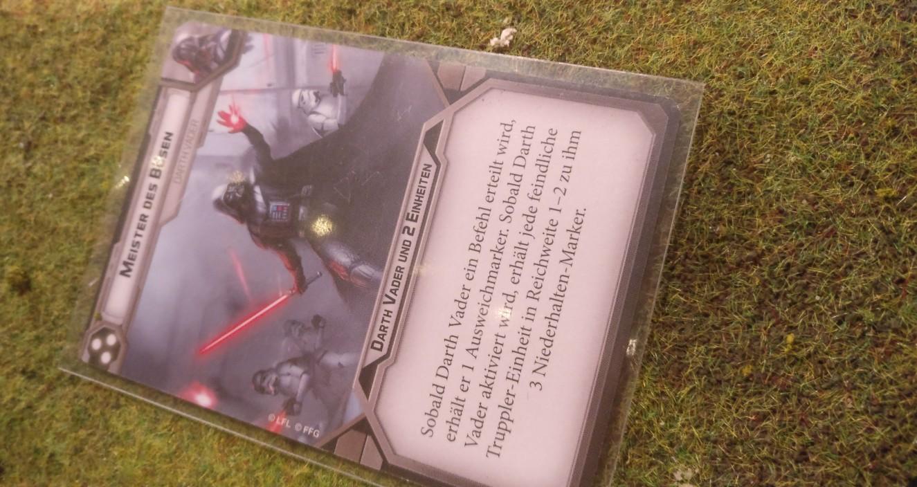 Was die Rebellen hinterm Wald nicht wissen, ist, dass Darth Vader jetzt seine Macht des Bösen einsetzt. Die Rebellen bekommen erst mal 3 Niederhalten-Marker ab und sind handzahm. Darthi haut drauf und die Rebellen zerfallen zu Klump.