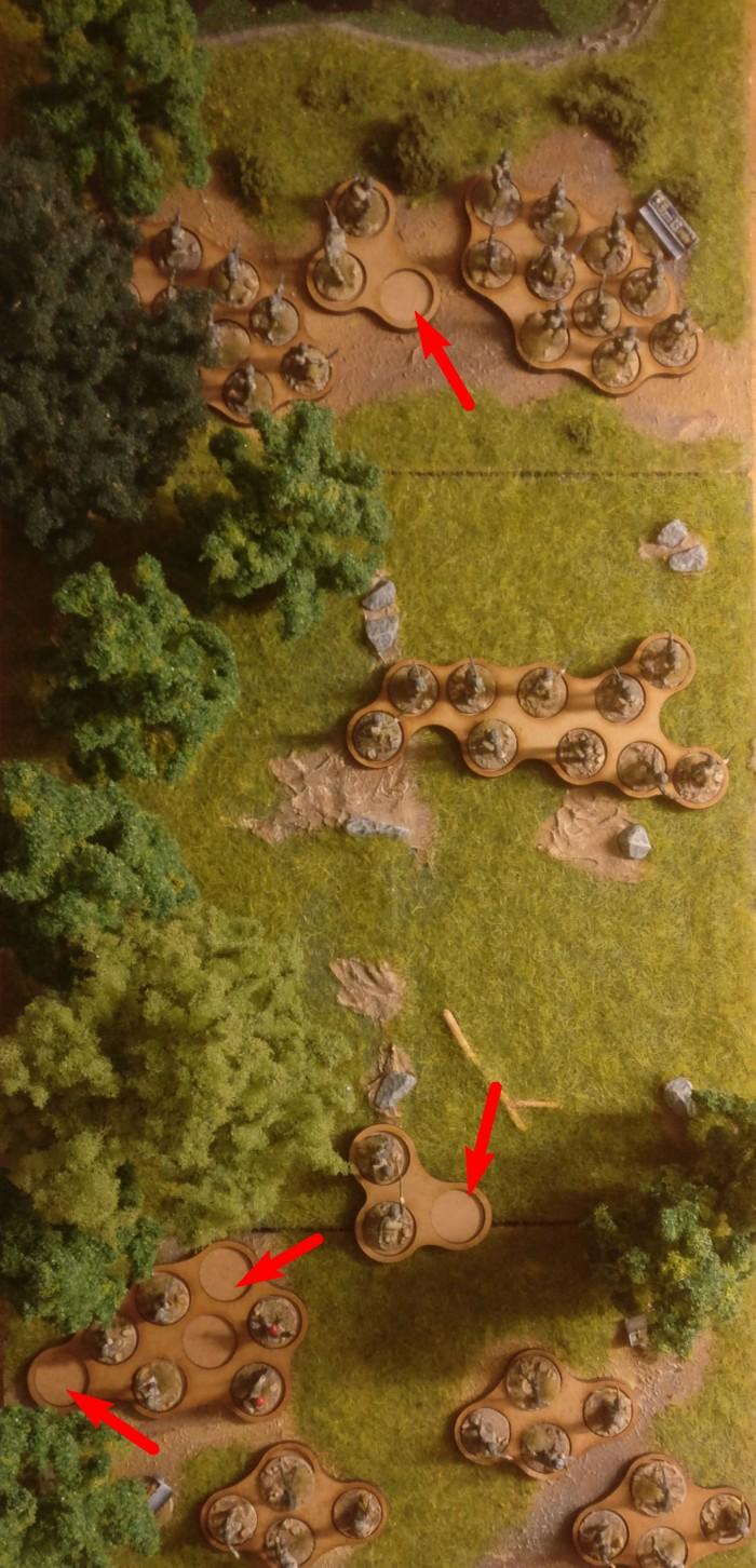 Hier habe ich mal probeweise die Einheiten vom Frankenzanken auf meine Movement-Trays von der Crisis gesetzt. War schon cool, die en bloc bewegen zu können. Etwas unschick: die unpassenden Tray-Größen. Leere Slots gab es da zu Hauf, wie die Pfeile zeigen.