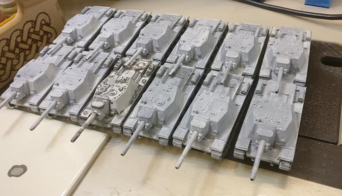 Das gesamte selbständige Selbstfahrartillerie-Regiment OTSAP: 12 SU 152. Das Vorbild von StoI erkennt man unschwer am Fertigstellungsgrad in der vorderen Reihe.