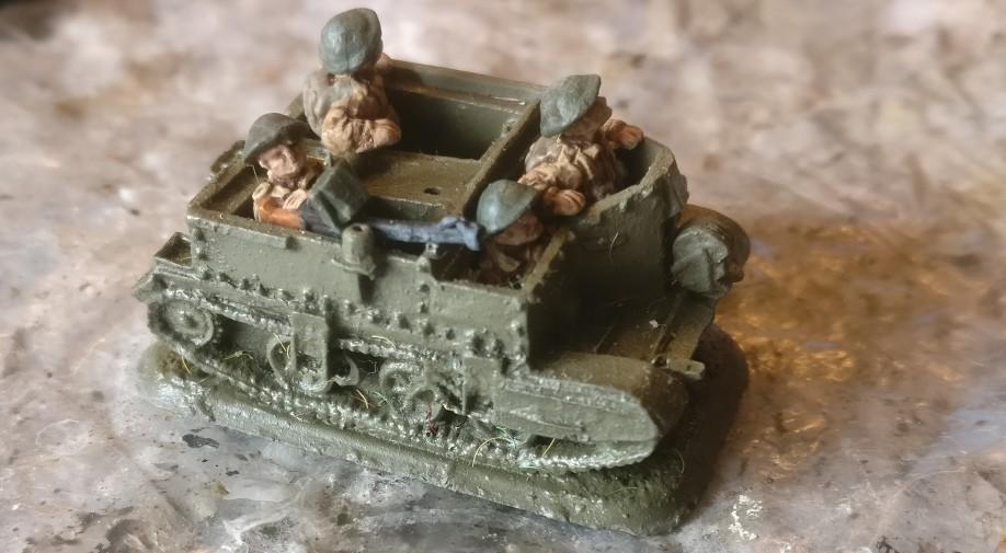 """Mein Universal / Bren Carrier im Zustand aus der Grabbelkiste. Einfach """"Grün"""" und drei Mann an Bord. EIn Bren MG hat der Herr links auch im Anschlag."""