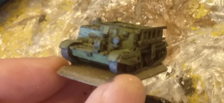 Der Bren Carrier von Flames of War nach dem Auftrag der Army Green von Army Painter.