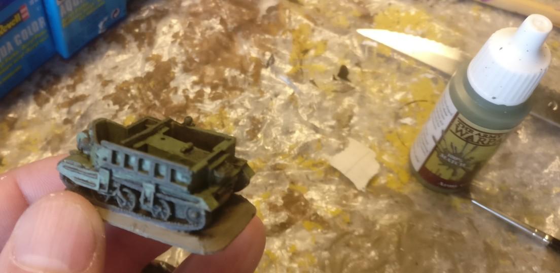 Der Bren nochmal von der Seite. Hier habe ich zudem die Ketten mit Panzergrau von Revell nachgezogen.