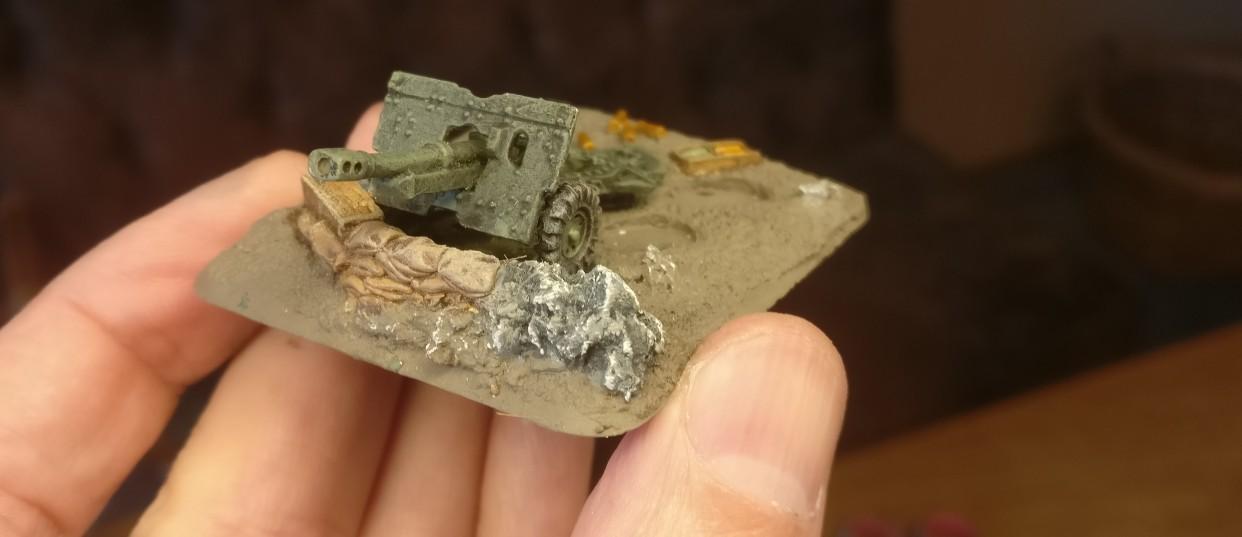 Die teilweise vorhandenen Findlinge wurden mit Blaugrau bemalt, dann mit Weiß trockengebürstet.