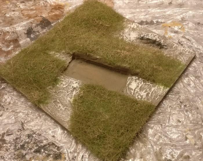 Hier wurde das Gras mit Erdfarbe eingefärbt.