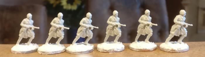 Die sechs stürmenden Schützen mit PPsh-41 aus dem Figuren Set Siberian Riflemen (Revell 02516)