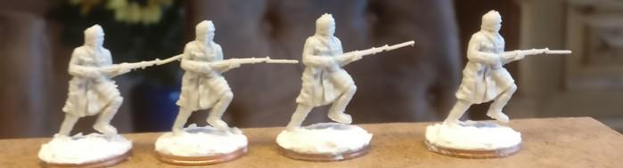 Die vier Schützen mit aufgepflanztem Bajonett aus dem Figuren Set Siberian Riflemen (Revell 02516)
