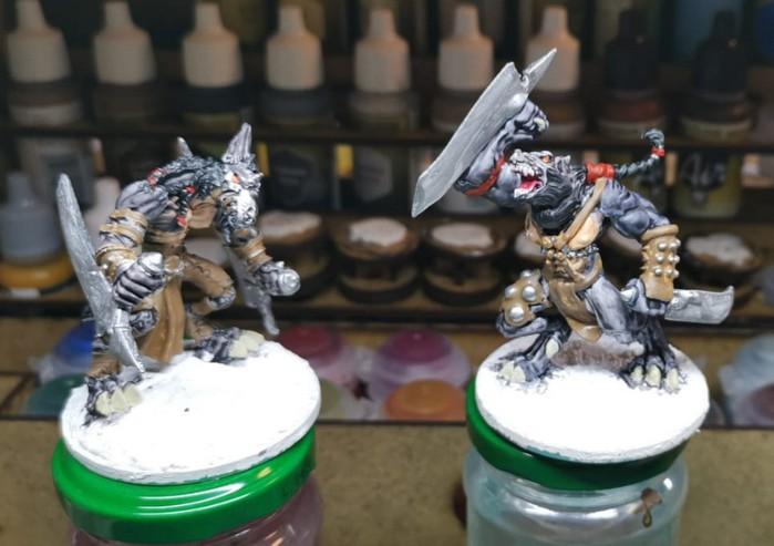 Die beiden ersten Wolf Fighter aus dem Wolfen & Skorpione: Confrontation Starter Set von Rackham in einem frühen Stadium.