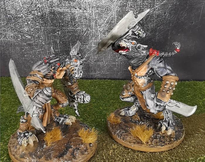 Die beiden ersten Wolf Fighter aus dem Wolfen & Skorpione: Confrontation Starter Set von Rackham nach Fertigstellung.