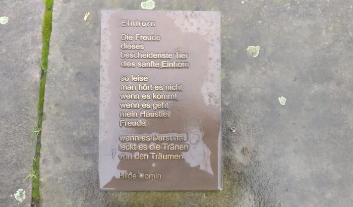 """Das Gedicht """"Einhorn"""" von Hilde Domin am Einhorn-Brunnen Darmstadt"""
