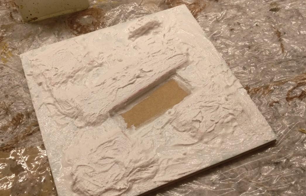 Der Versuch mit der Strukturpaste. Oben ist auch die kleine Mauer aus Styropor zu erkennen.