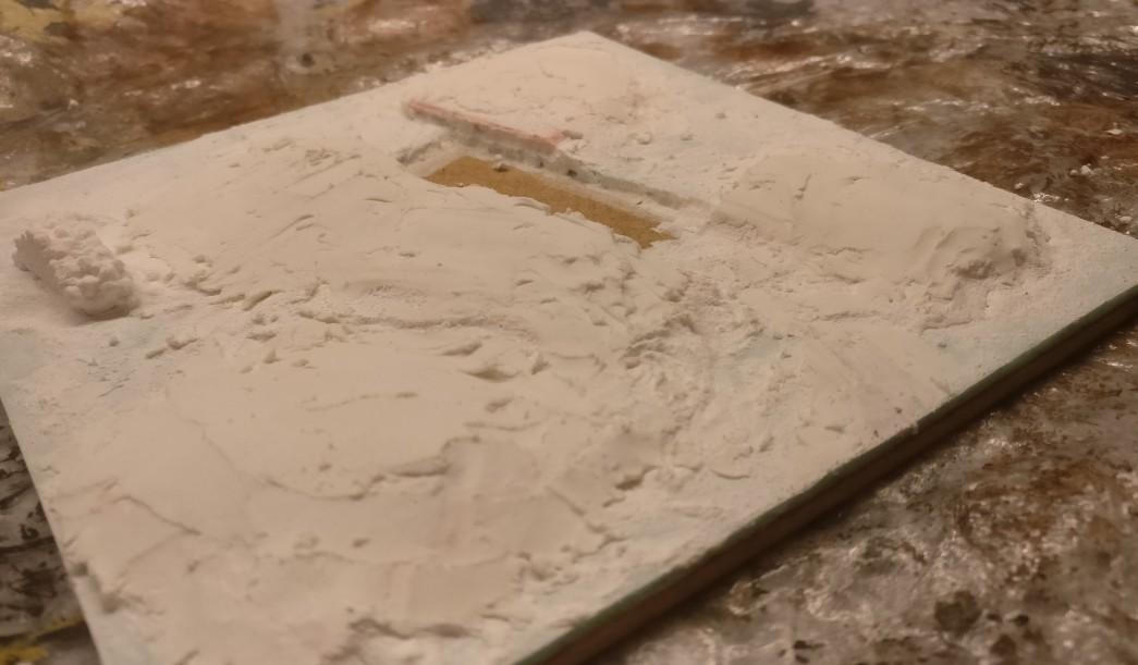 Hier sichtbar, die Erhöhung hinter dem 3er-Schützengraben. Es wirkt so, als wäre der Schützengraben in den kleinen Hügel hineingegraben worden.