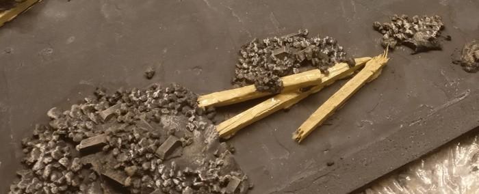 Die Holzbalken im Schutt werden mit ihren sichtbaren Teilen mit 314er beige grundiert.
