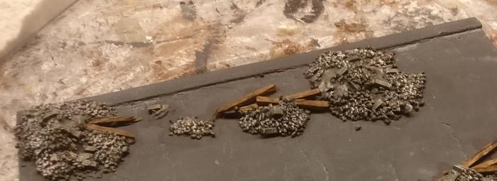 Nach dem Trocknen werden die mit Beige grundierten Teile der Holzbalken mit einer Lasur aus Lederbraun überzogen.