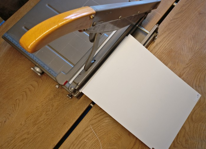 Mit dieser Papierschneidemaschine schnitt ich das Plastic Sheet in Streifen und schließlich in kurze Stücke.