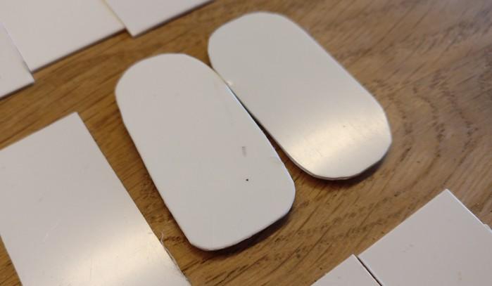 Diese beiden Bases habe ich bereits testweise mit abgerundeten Ecken versehen. Die Unterlegscheibe ist auch schon untergeklebt.