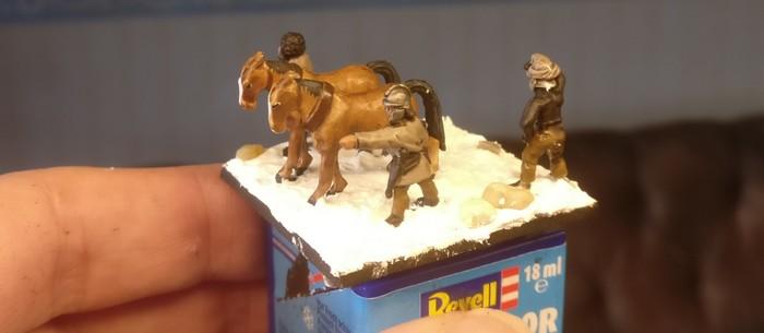 Pferde und Begleiter auf der Base.
