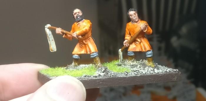 """Die erste Schicht Farbe ist aufgetragen. Der Orange-Ton ist die Citadel Colour """"Gryph-Hound Orange""""."""