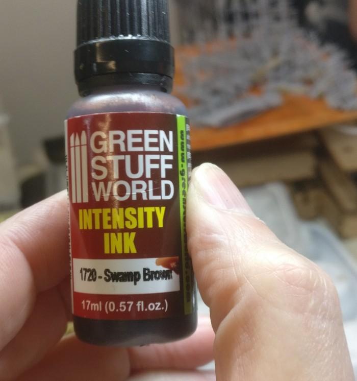 """Vom Honischer entlieh ich mir ein paar Tropfen von der """"Green Stuff World"""" Intensity Ink """"1720 Swamp Brown"""". Die ist nämlich nicht nur Braun, sondern auch ziemlich rot..."""