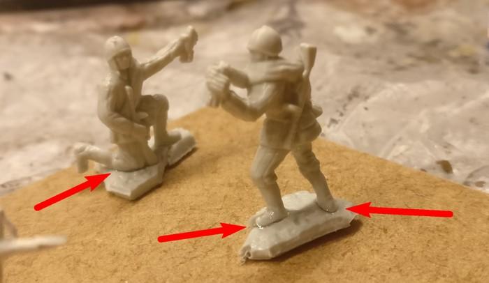 Hier bei den beiden Bedienern des 82-mm-Granatwerfer BM-37 muss auch geschmolzen werden. Auf dem Foto sieht man meinen Klebeversuch mit Sekundenkleber.