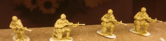 Die LMG-Schützen der Siberian Riflemen von Revell mit Grundierung mit der gelblichen Revell Aquacolor 36314 .Beige