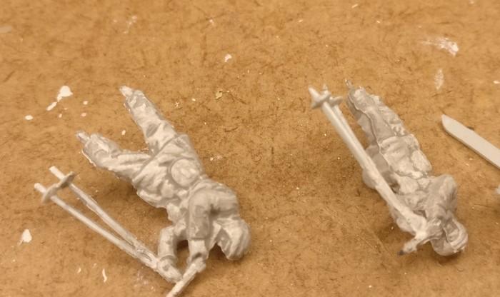 Zwei der stehenden Schützen auf Skiern wurden bereits weiß grundiert und mittelgrau gewasht.