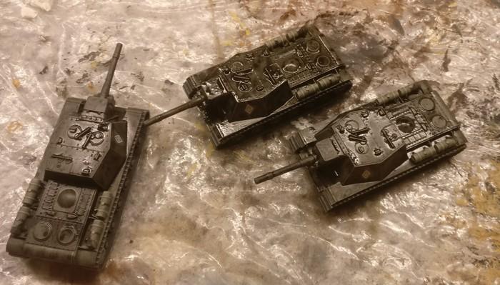 Der Black Wash von Games Color wurde auf die drei Zvezda 6182 Soviet Self Propelled Gun SU-152 aufgetragen. Er muss nun noch trocknen.