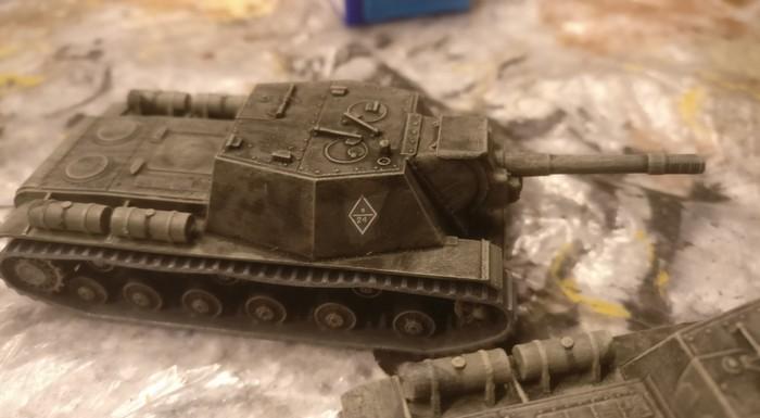 Das Trockenbürsten mit Helloliv hilft: die Zvezda 6182 Soviet Self Propelled Gun SU-152 sehen schon nicht mehr so verschmutzt aus.