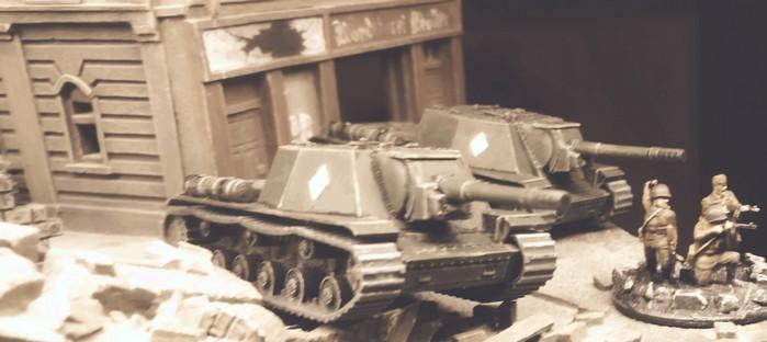 Die drei Zvezda 6182 Soviet Self Propelled Gun SU-152 beim Stadtkampf.