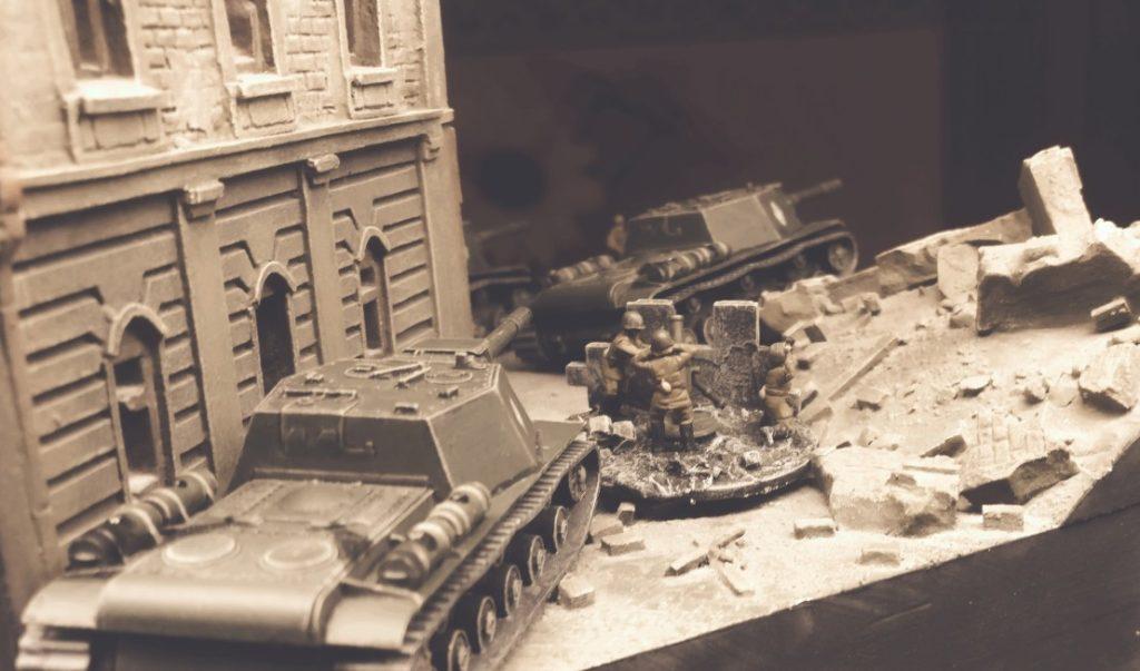 Vormarsch mehrerer Zvezda 6182 Soviet Self Propelled Gun SU-152 in der Stadt.