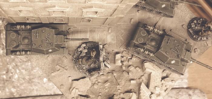Blick aus dem obrsten Stockwerk auf die Kolonne der Zvezda 6182 Soviet Self Propelled Gun SU-152.