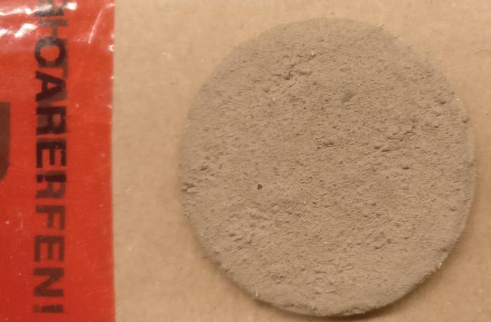Hier die Oberfläche mit Chinchlla-Sand mal direkt nach dem Auftrag der Grundierungsfarbe.