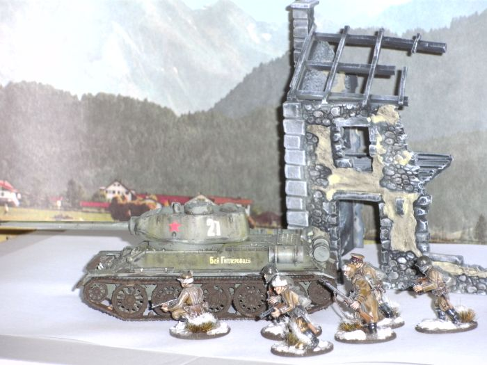 Honischers Bolt Action T-34/85 Medium Tank und ein paar Frontniks der Bolt Action Soviet Winter Infantry.