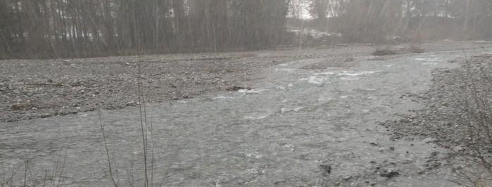 Hier ist die Trettach schon näher an Oberstdorf und reißend.  Zur Schneeschmelze sind die Geröllfelder unter Wasser, was die Breite des Flusses verdeutlicht.