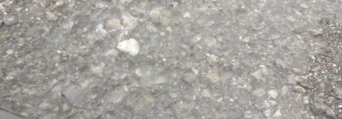 Nochmal ein Blick in die Trettach. eiter flussabwärts gehen die Farbtöne der Steine im Bett mehr ins bräunliche über. Die Grautöne finden sich durchweg mehr am Oberlauf.