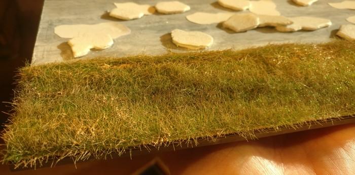 Das Gras wurde mit Revell Aquacolor 36189 Beige noch nachbehandelt und winterlich fahl eingefärbt.