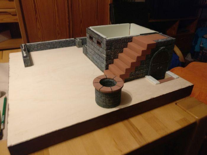 Brunnen und Treppe zum Wohnaus auf der Freebooters Fate Platte