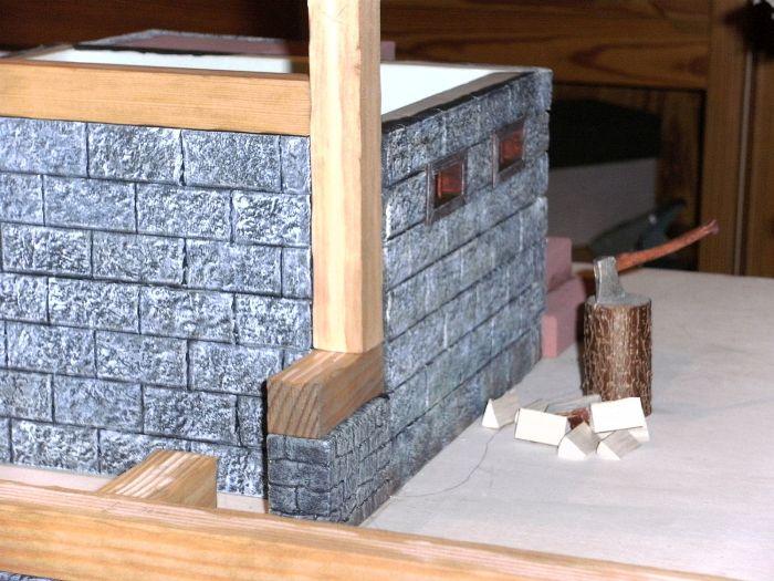 Kräftige Holzbalken werden auf den Grundmauern errichtet. Sie tragen später das Dach des Wohnhauses und die Gesamtkonstruktion des Stalles auf Honischers Freebooters Fate Platte