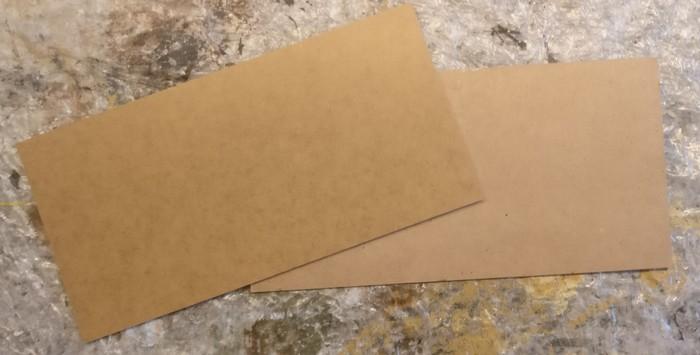 Die beiden MDF-Platten mit den Maßen 30cm x 15cm. Die sind 3mm dick.