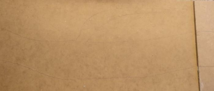 Entlang der so gewonnenen Schablonen aus Trittschalldämmung male ich mit Filzstift die Kontur des Bachverlaufs auf die MDF-Platte auf.