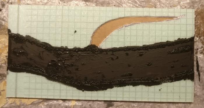 Das Bachbett des Gebirgsbachs wird geschwärzt. Der Bach in der Wiese wird eine eigene Grundierung erhalten und bekommt kein Schwarz ab.